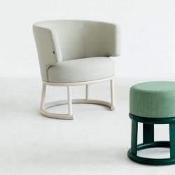 LIKEWISE B-1908 tapicerowany fotel na drewnianej podstawie, polski design