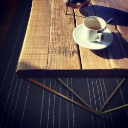 VERRINGSSON stolik z blatem ze starych desek na geometrycznej ramie