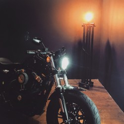 NATTJEGER lampa stojąca z profili stalowych, polski design